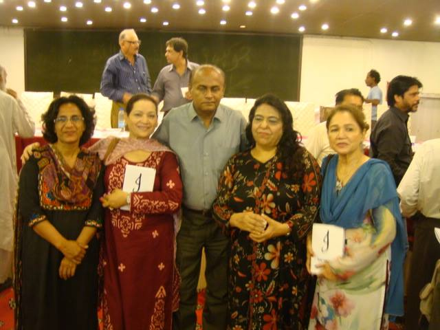 میراحمد نوید کے ہمراہ ناول و افسانہ نگار عفت نوید اور دیگر شعرا خواتین کا گروپ