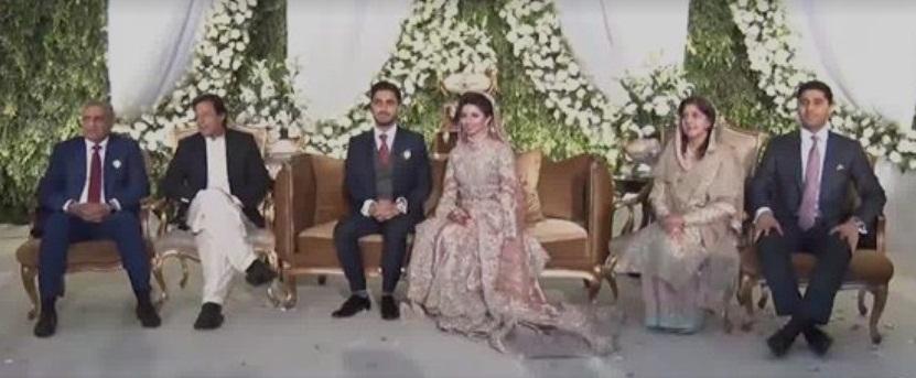 پاک فوج کے سربراہ جنرل قمر جاوید باجوہ کے صاحبزادے کی شادی کے موقع پر وزیراعظم عمران خان کے ہمراہ دولہا دلھن وعزیز واقارب کا گروپ