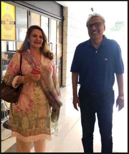 صدر پاکستان ڈاکٹرعارف علوی اپنی اہلیہ کے ہمراہ بغیرپروٹوکول عوامی انداز میں خریداری سے لطف اندوز ہورہے ہیں