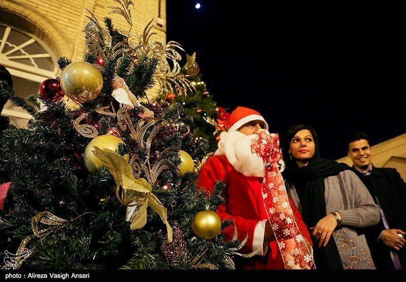 لوگ سانتا کلاز اور کرسمس ٹری کے ساتھ تصاویر بنوانا پسند کرتے ہیں