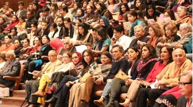 الحمرا ہال میں زندہ دلانِ لاہور کے ساتھ پورے پاکستان سے آئے ہوئے شائقین کا اک منظر