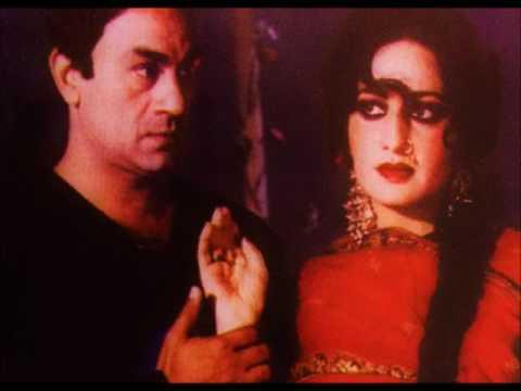علی اعجاز پاکستان فلمی صنعت کی مقبول ہیئروئن رانی کے ہمراہ فلم کے ایک منظر میں
