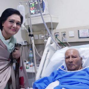ڈاکٹر سلیم اختر کی اسپتال میں ڈاکٹر صغرا صدف عیادت کررہی ہیں