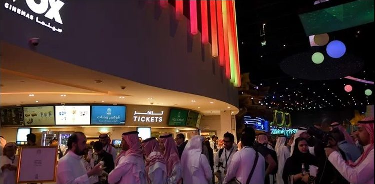 وی او ایکس سنیما کے افتتاح کا منظر خواتین سمیت شائقین کی بڑی تعداد شریک ہے