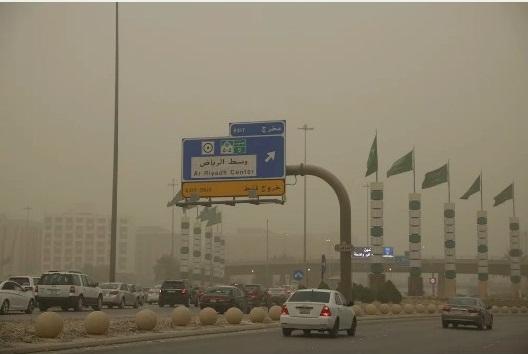 ریاض میں ریت کے طوفان نے فضا کو گرد آلود کردیا، سڑکوںپر حد نظر محدود ہوگئی