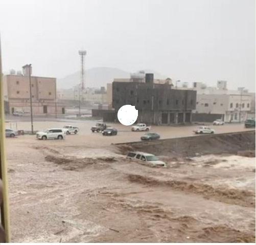 جدہ میں سیلاب کا منظر، گاڑیاں سیلابی ریلے میں پھنسی ہوئی ہیں، جدہ ایئرپورٹ سے پروازیں معطل کردی گئی ہیں