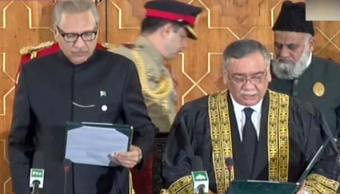 صدر مملکت ڈاکٹر عارف علوی جسٹس آصف سعید خان کھوسہ سے چیف جسٹس کے عہدے کا حلف لے رہے ہیں