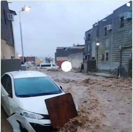 مدینے کی رہا ئشی بستی میں سیلاب کی تباہی، گاڑیاں سیلابی پانی میں پھنسی ہوئی ہیں