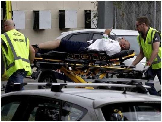 نیوزی لینڈ مسجد میں فائرنگ سے زخمی کو اسپتال منتقل کیا جارہا ہے