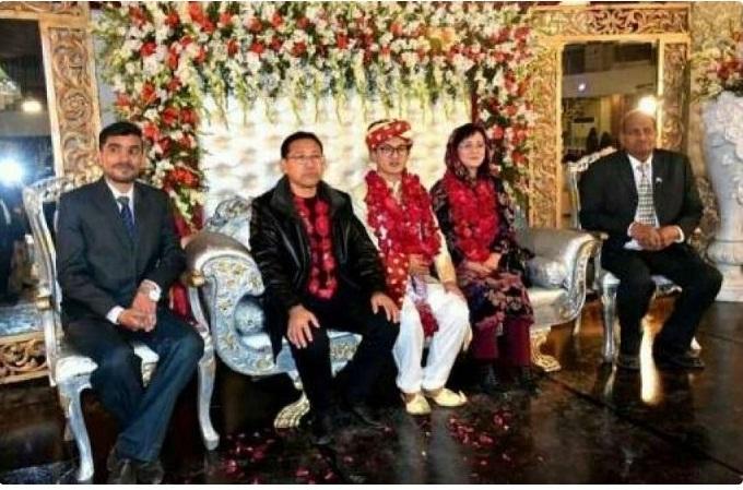 پاکستان کی دوشیزہ فاطمہ اور چین کے نوجوانن شو لونگ کے والدین شادی میں شریک ہیں