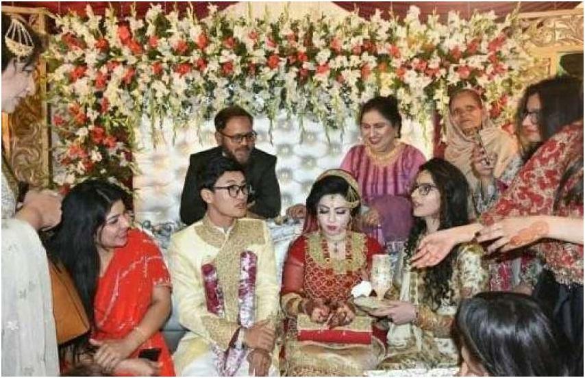 دلھن کے روایتی سرخ لباس میں فاطمہ اور شیروانی زیب تن کیے چینی نوجوان شولونگ کی پاکستان کے رسم و رواج کے مطابق شادی ہوئی، والدین بھی شریک ہیں