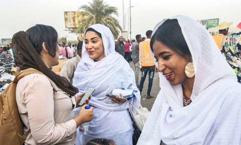 سوڈانی خواتین کی نمائندہ الا صلاح دیگر خواتین کے ہمراہ محو گفتگو ہیں