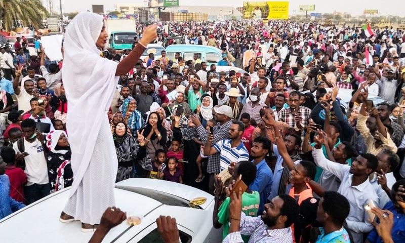 صلاح سوڈان کے دارالحکومت خرطوم میں ہونے والے مظاہرے میں شریک لوگوں سے خطاب کر رہی ہیں