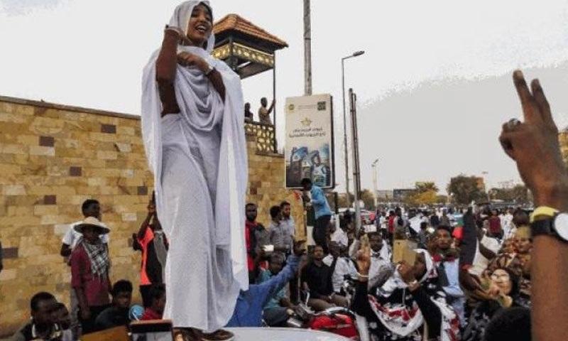 مظاہرین کے نعروں میں ایک نعرہ 'آزادی، امن اور انصاف' اور دوسرا نعرہ ' ایک فوج اور ایک قوم' مقبول ہورہے ہیں