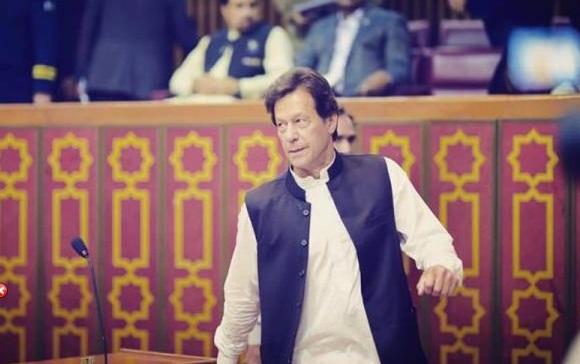 وزیر اعظم پاکستان عمران خان قومی اسمبلی میں بجٹ اجلاس سے خطاب کے بعد واپس جارہے ہیں