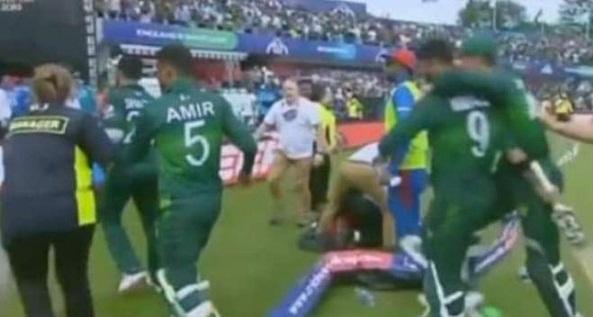 عماد وسیم نے افغانیوں کے جش کو مااتم میں بدل دیا، افغانیوںسے ہار برداشت نہ ہوئی انھوں نے پاکستانی کھلاڑیوں پر حملہ کردیا، افغانی مشتعل ہوکر لیڈز کی سڑکوں پر نکل آئے اور پاکستانی شائقین پر حملے کرکے انھیں زخمی کردیا جس کا آئی سی سی نے سخت نوٹس لیا ہے