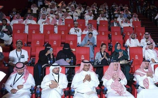 دمام میں قائم پہلے سینما میں سعودی مرد وخواتین فلم دیھ رہے ہیں اس سیمما کو مشرق وسطیٰ کا سب سے اعلیٰ سینما کہا جا رہا ہے جس میں آرام دہ نشستیں لگائی گئی ہیں۔ شائقین کی سہولت کے لیے ریستوران کی سہولت بھی موجودہے۔ ویٹرز کی خدمات بھی مہیا کی گئی ہے