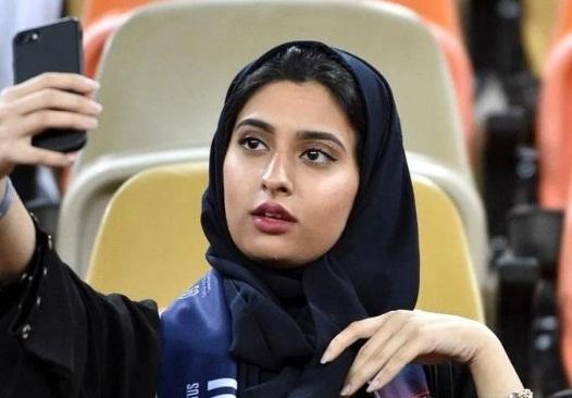 دمام میں پہلے سینما کے افتتاح کے بعد سعودی خاتون تماشائی سینما ہال میں فلم دیکھتے ہوئے سیلفی بنارہی ہے