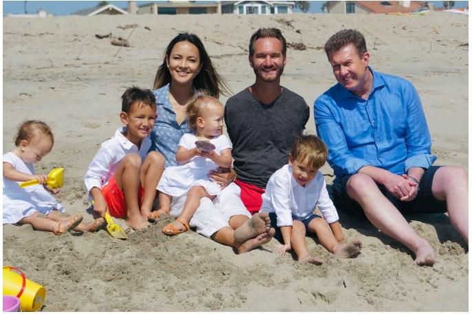 Nick Vujicic اپنی بیوی  Kanae Miyahara اپنے چار بچوں  Dejan Levi Vujicic, Kiyoshi James Vujicic, Ellie Laurel Vujicic, Olivia Mei Vujicic اور دوست کے ہمراہ ساحل سمندر پر لطف اندووز ہوتے ہوئے
