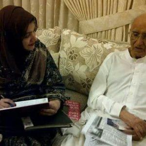 سعدیہ سراج اردو ادب کے لیجنڈ مزاح نگار مشتاق احمد یوسفی سے بات چیف کررہی ہیں