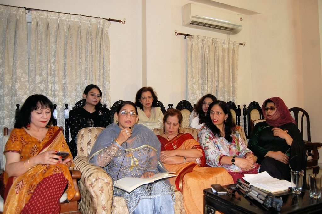 ''خواتین مشاعرے '' میں معروف شاعرہ طاہرہ سلیم سوز اپنا کلام سنارہی ہیں، جب کہ سعدیہ سراج، محترمہ رضیہ سبحان، محترمہ صبیحہ صبا، شگفتہ شفیق ، ارم زہرہ ، سبیلہ انعام صدیقی ودیگر شاعرات شریک ہیں