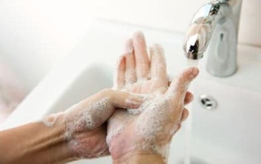 کورونا وائرس سے بچائو کے لیے ہاتھوں  کو صاف رکھنا  گرم پانی اور صابن سے  کم ازکم 20 سیکنڈ تک مسلسل ہاتھ دھوتے رہنا ضروری ہے