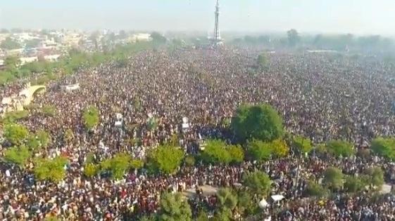 تحریک لبیک پاکستان کے سربراہ عاشق رسول علامہ خادم حسین رضوی کی تدفین کے موقع لاکھوںمحبان رسول موجود ہیں