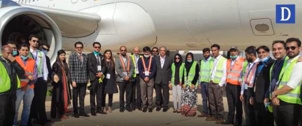 ایئرسیال کی انتظامیہ کے ارکان طیارے کے ساتھ کھڑے ہیں، کمپنی تین ایئربس320 پر محیط فلیٹ سے فلائٹس آپریشن کا آغاز کرے گی