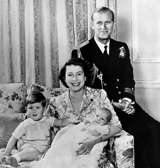 شہزادہ فلپ اور ملکہ برطانیہ الزبتھ کی 1950 میں پرنس چارلس اور پرنسز این کے ساتھ یادگار تصویر